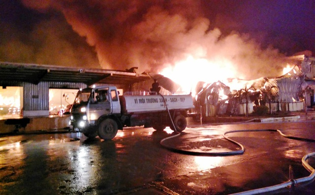 Ngọn lửa bùng phát từ một nhà kho chứa vật liệu, hàng hóa (ảnh CTV)