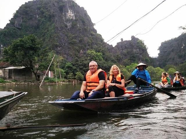Khách quốc tế đến Ninh Bình du lịch ngày càng tăng sau khi Quần thể danh thắng Tràng An được công nhận là Di sản văn hóa và thiên nhiên thế giới.