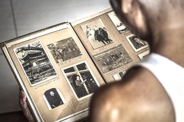 Ông bà cô có một hộc tủ chứa đầy những cuốn album. Trong đó, có những bức ảnh đen trắng được chụp từ gần một thế kỷ trước, mỗi khi mở những cuốn album ra, Hạ My lại thích thú với mùi giấy cũ, đọc những dòng ghi chú cẩn thận dưới mỗi bức ảnh. Qua những cuốn album cô cảm nhận được rõ ràng cuộc sống của ông bà mình thời trẻ với những ký ức tươi đẹp.