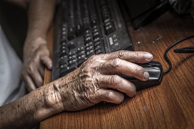 Ông của Hạ My học cách sử dụng máy tính và lên mạng để dễ dàng duy trì liên lạc với các bạn bè cũ cũng như các thành viên trong gia đình.