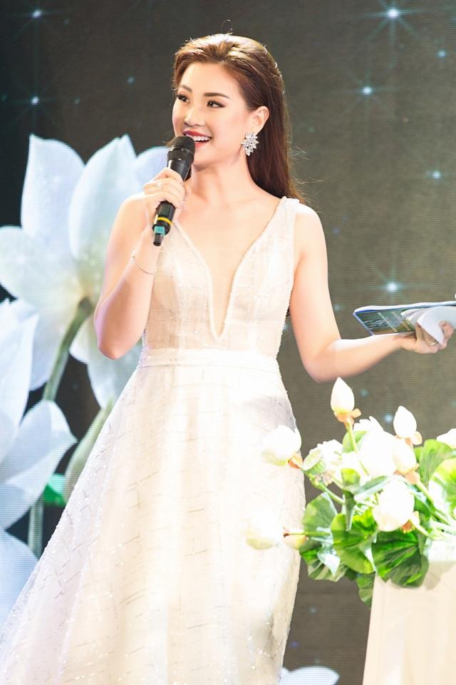 Trong một sự kiện quy tụ dàn nghệ sĩ, người đẹp cả hai miền Nam Bắc, Á hậu Diễm Trang đảm đương vai trò MC.