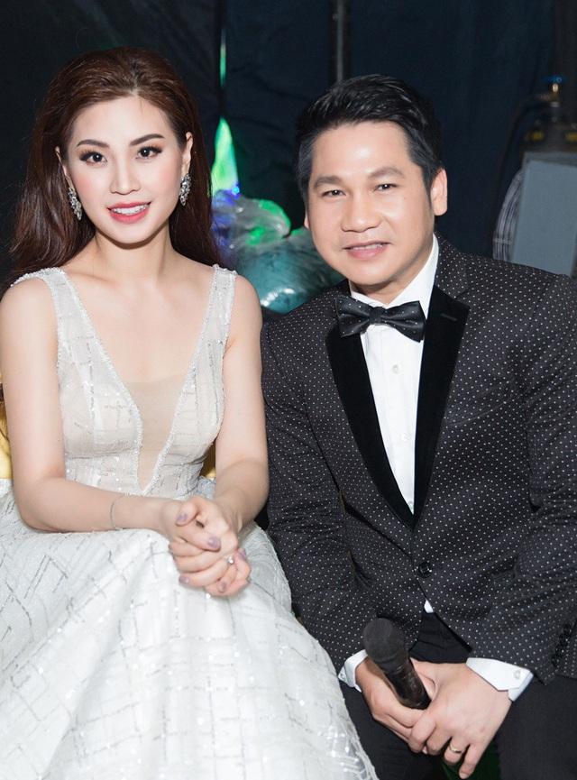 Diễm Trang và nam ca sĩ Trọng Tấn vui vẻ trò chuyện trong hậu trường.
