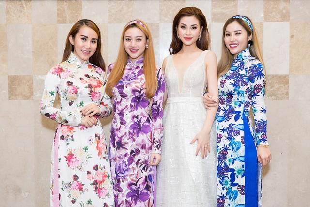 Nhóm Mây Trắng cũng góp mặt, diện những mẫu áo dài duyên dáng, nữ tính.