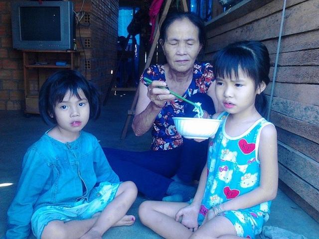 Hai đứa trẻ đang nương nhờ bà ngoại nghèo bằng những bữa rau cháo qua ngày