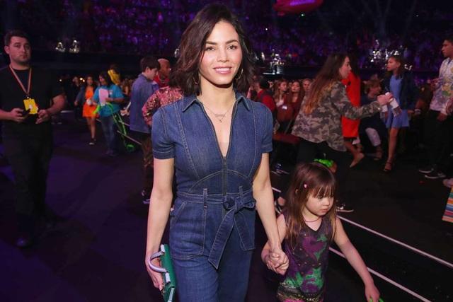 Cùng tham gia lễ trao giải Kids Choice năm 2017 nhưng Jenna và Channing không đi cùng nhau. Nữ diễn viên xinh đẹp đi cùng con gái Everly. Thời điểm này, cuộc hôn nhân của hai người đã bắt đầu rạn nứt.