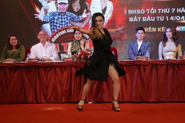Gemma không ngại trình diễn những động tác võ thuật trước đông đảo khán giả dù trang phục có phần bất tiện.