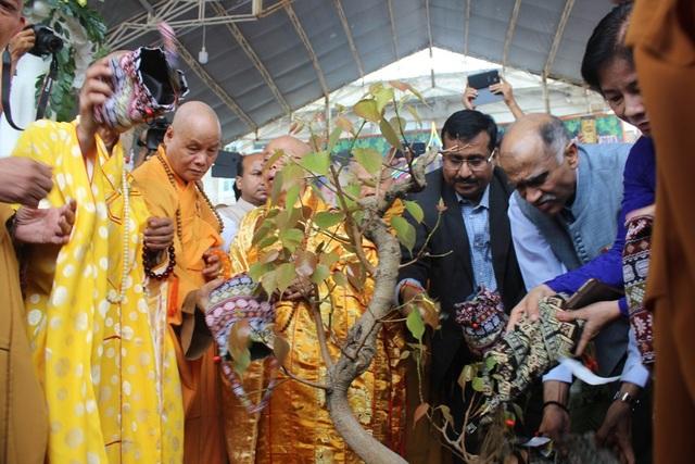 Đoàn Phật Tử Ấn Độ trao tặng cây Bồ Đề và cùng làm lễ trồng cây với ý nghĩa giác ngộ