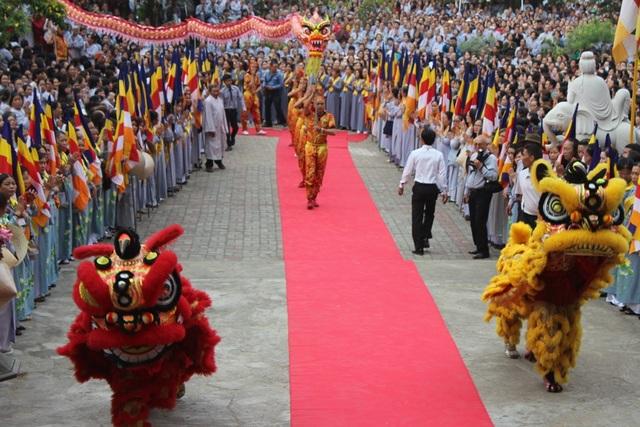 Hàng vạn Phật tử, du khách, và người dân địa phương tìm về Chùa Quan Âm để tham gia, theo dõi lễ hội.