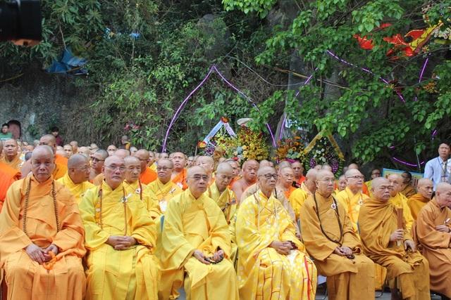 Đại diện Chư Tôn giáo phẩm Trung ương giáo hội Phật giáo Việt Nam trang nghiêm chuẩn bị bước vào buổi lễ