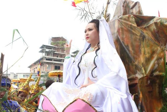 : Hình tượng hóa thân Bồ Tát khoác Bạch Y, tay cầm tịnh bình, nhành dương liễu, ngự trên đài hoa sen trong văn hóa Phật giáo Việt Nam