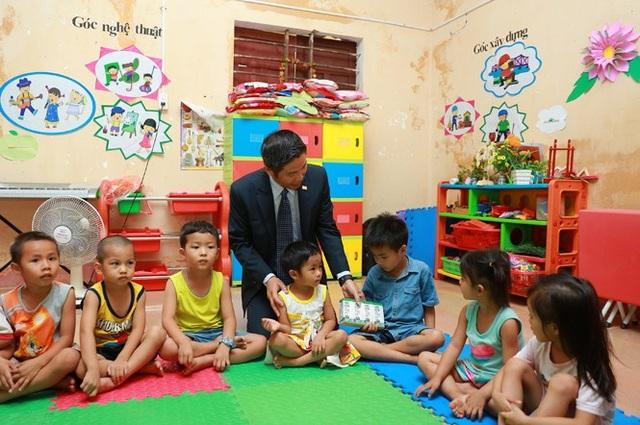 Đại diện Chubb Life Việt Nam đến thăm và tặng quà cho các em tại trường Mầm non Duy Ninh tháng 05/2017