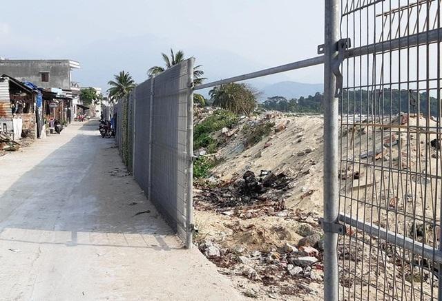 Một vị trí hàng rào bị người dân dỡ bỏ để lấy lối đi xuống biển