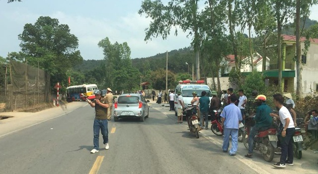 Xe buýt của hãng xe Đông Bắc gây tai nạn liên hoàn trên địa bàn xã Nam Thái, huyện Nam Đàn, Nghệ An.
