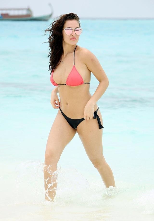Chloe Goodman sải bước quyến rũ trên biển Dubai ngày 3/4 vừa qua