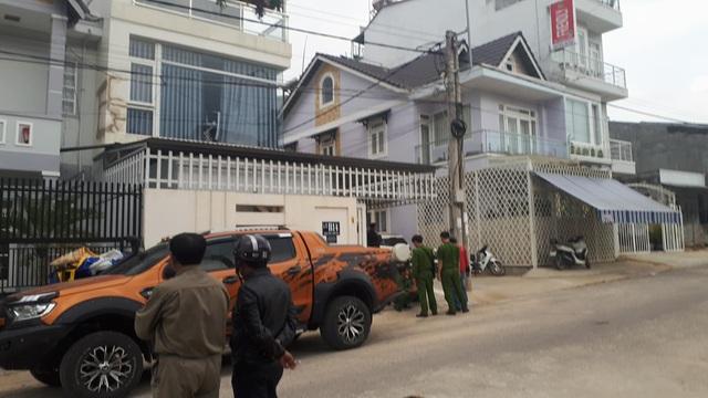 Hiện trường căn nhà nơi 2 cha con bị trúng đạn