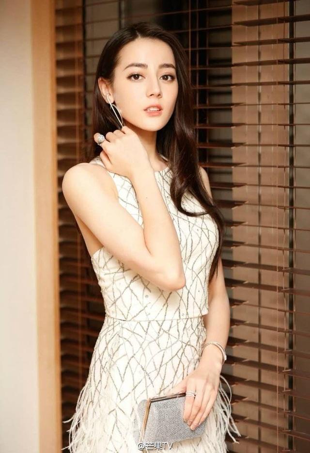 Nữ diễn viên Địch Lệ Nhiệt Ba (25 tuổi) từng là nhân viên bán hàng.