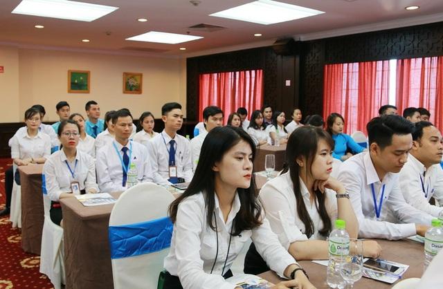 Nhân viên kinh doanh hào hứng lắng nghe các thuyết trình về dự án mới