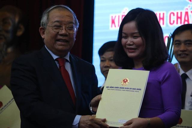 GS.TSKH Trần Văn Nhung trao giấy chứng nhận Phó giáo sư tới 14 tân phó giáo sư trường ĐH Lâm nghiệp Việt Nam sáng nay 5/4.