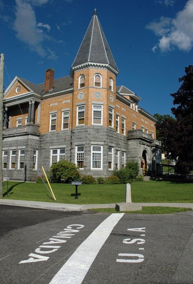 Thư viện và nhà hát kịch Haskell nằm trên đường biên giới Mỹ và Canada