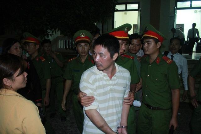 Bị cáo Tuấn bị phạt 13 tháng tù về tội Hủy hoại rừng và tội Lừa đảo chiếm đoạt tài sản