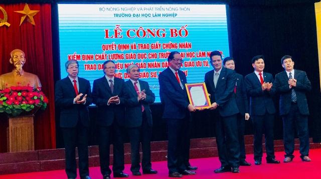 Lãnh đạo trường ĐH Lâm nghiệp Việt Nam nhận giấy kiểm định chất lượng giáo dục từ TT kiểm định chất lượng giáo dục – ĐH QGHN