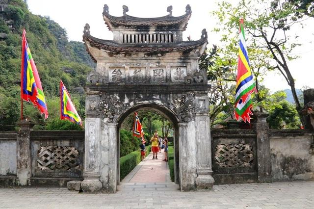 Ngọ Môn - nơi vào đền vua Đinh Tiên Hoàng, nơi lưu giữ hai bảo vật quốc gia độc đáo của Việt Nam.