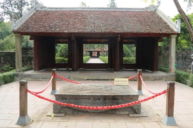 Trong khuôn viên ngôi đền đặc biệt hàng trăm năm này hiện đang lưu giữ hai bảo vật vô cùng giá trị. Đó chính là cặp long sàng (sập đá) với những họa tiết hoa văn độc đáo có một không hai ở Việt Nam. Cả hai chiếc long sàng này đều được công nhận là bảo vật quốc gia năm 2017. Trong ảnh là long sàng trước nghi môn ngoại đền vua Đinh Tiên Hoàng.