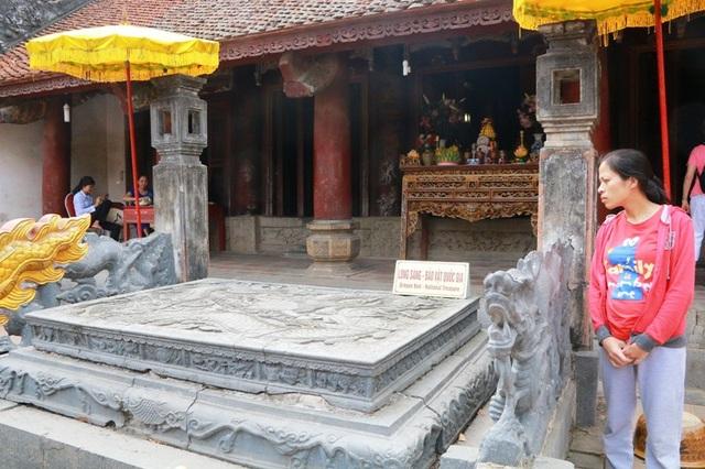 Các nhà sử học đánh giá, long sàng trước bái đường cùng với long sàng nghi môn ngoại là kiệt tác điêu khắc của người Việt.