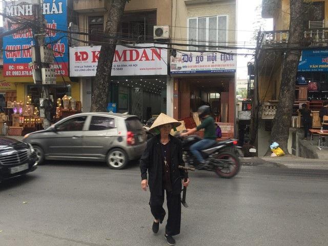 Cụ bà 90 tuổi vá xe nhanh thoăn thoắt trên phố Hà Nội - 1