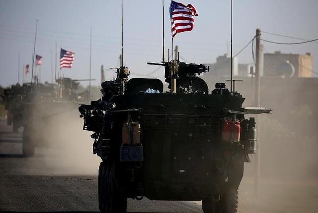 Xe thiết giáp Mỹ tuần tra vào tháng 3-2017 tại thị trấn Manbij, Syria. Ảnh: AFP