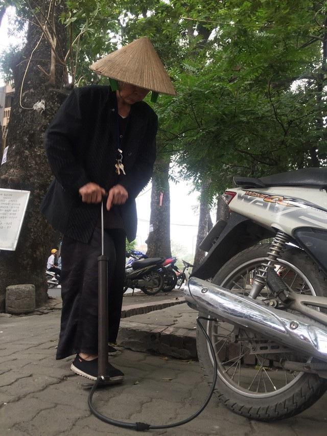 Cụ bà 90 tuổi vá xe nhanh thoăn thoắt trên phố Hà Nội - 2