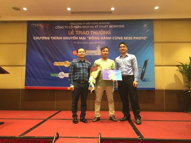 Đại diện Công ty Cổ phần Dịch vụ Kỹ thuật MobiFone trao thưởng cho khách hàng
