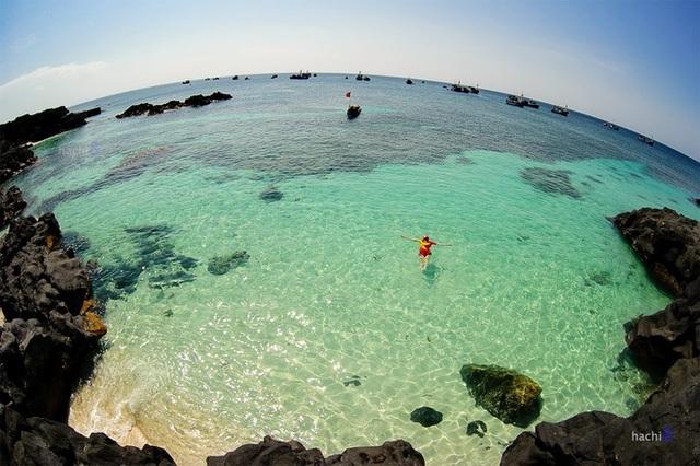 Ngâm mình trong làn nước trong vắt, mát lịm là điều ai cũng ao ước khi đặt chân tới đảo Bé. Ảnh:Hachi8
