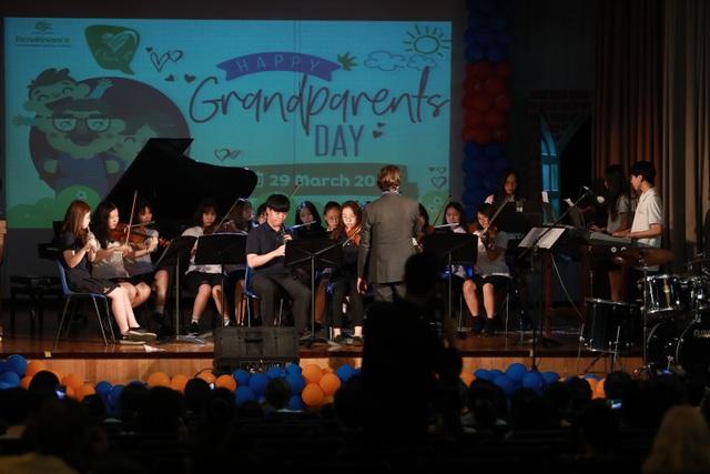 Chương trình kết thúc với một buổi hòa nhạc đặc sắc từ các bạn học sinh tài năng của trường.