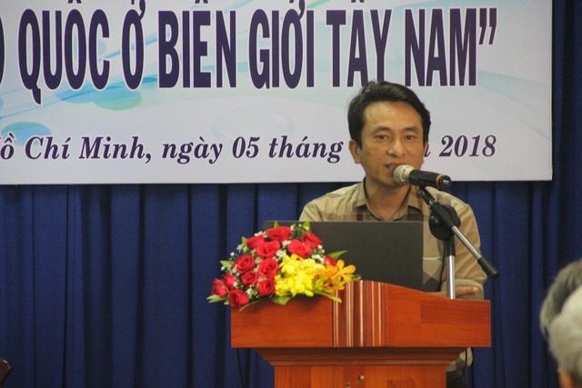 Ths Trần Trung Hiếu, giáo viên môn Lịch sử Trường THPT chuyên Phan Bội Châu (Nghệ An) phát biểu tại hội thảo