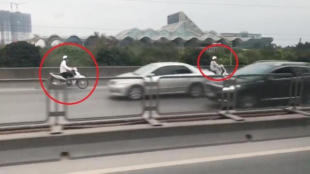Hình ảnh 2 xe máy đi ngược chiều tại đường Vành đai 3 trên cao. (Ảnh cắt từ clip).