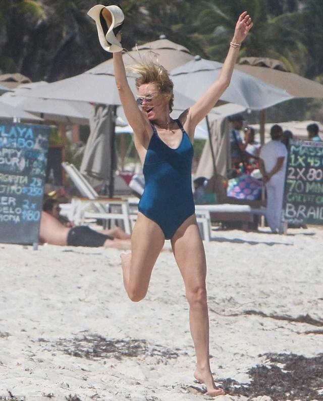 Khoảnh khắc vui vẻ và thư thái của nữ diễn viên Naomi Watts trên bãi biển