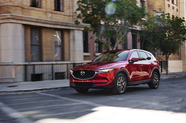 Mazda CX-5 là mẫu xe duy nhất trong phân khúc sử dụng động cơ khí nạp tự nhiên kết hợp công nghệ phun xăng điện tử trực tiếp, áp suất cao, giúp tăng công suất 15%, tiết kiệm nhiên liệu 15%