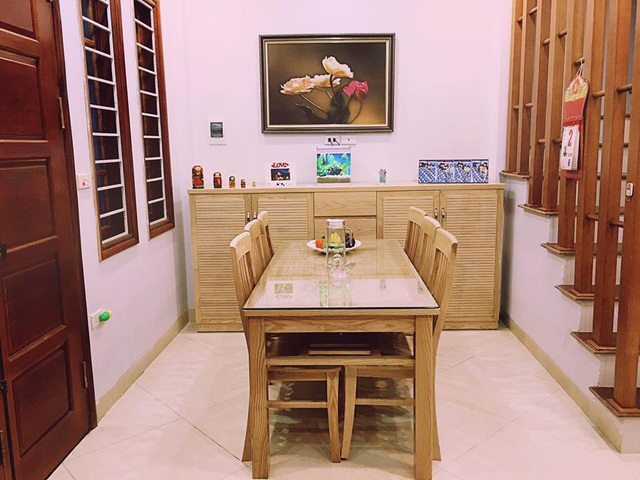 Phòng bếp và phòng khách với nội thất gỗ sáng màu.