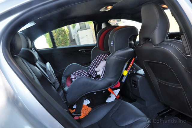 Để trẻ em ngồi trên xe ô tô bao lâu thì an toàn? - 1