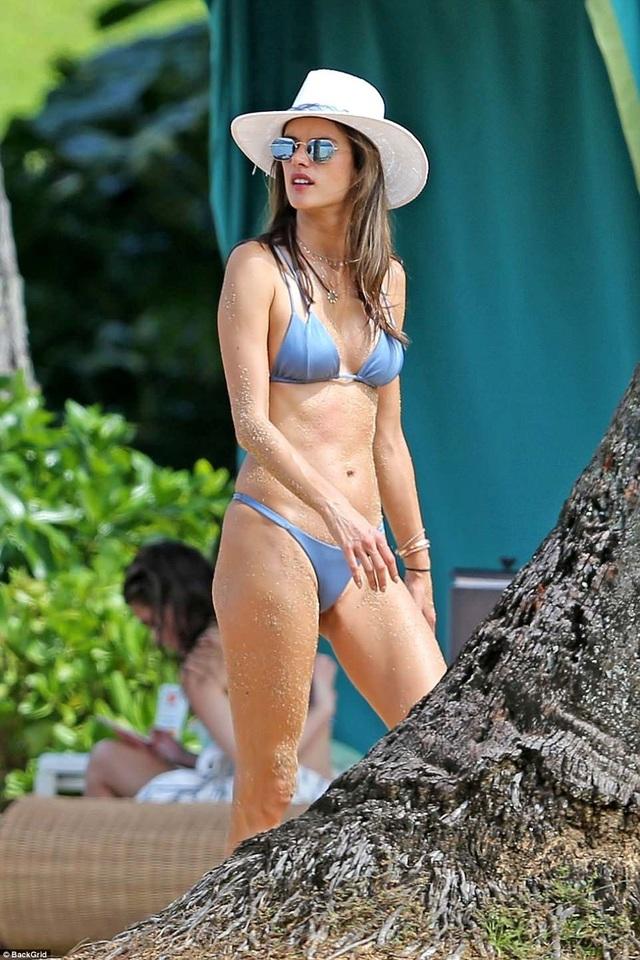 Siêu mẫu Alessandra Ambrosio khoe dáng ở Hawaii với áo tắm hai mảnh - 12
