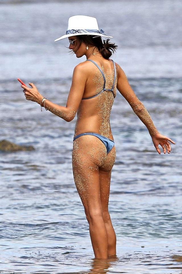 Siêu mẫu Alessandra Ambrosio khoe dáng ở Hawaii với áo tắm hai mảnh - 6
