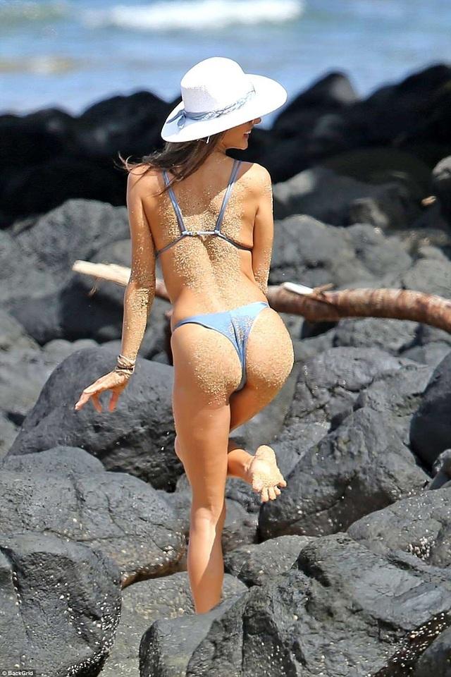 Siêu mẫu Alessandra Ambrosio khoe dáng ở Hawaii với áo tắm hai mảnh - 2
