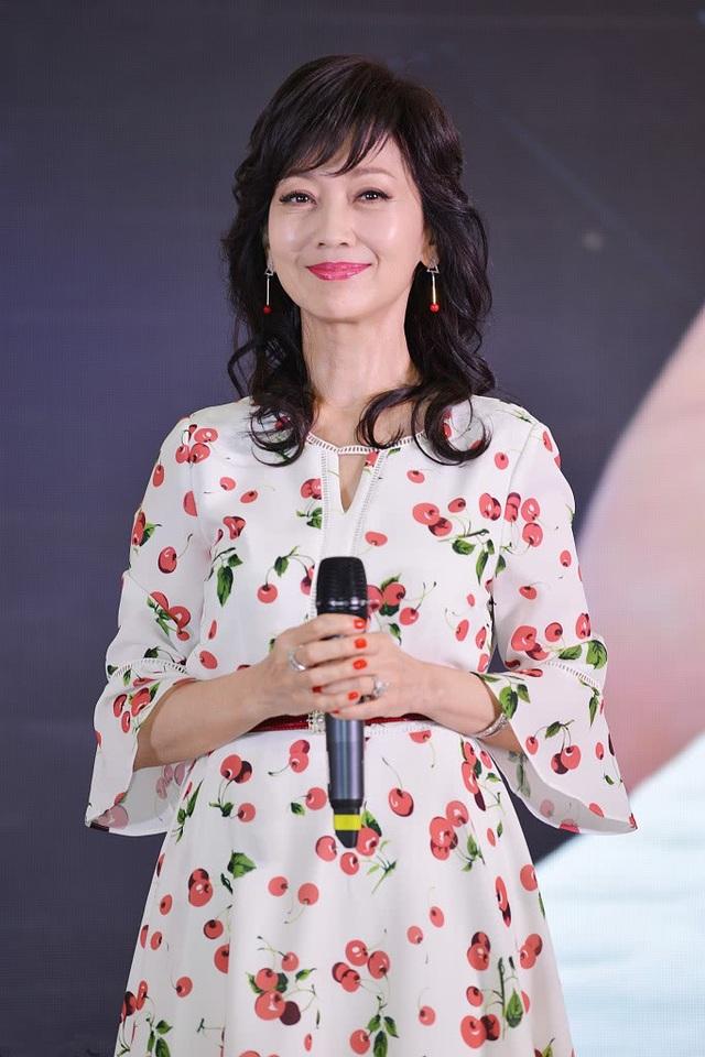 Triệu Nhã Chi thường xuyên được mời làm gương mặt quảng cáo cho các nhãn hiệu thời trang hay mỹ phẩm. Triệu Nhã Chi khẳng định, bà không thích dao kéo thẩm mỹ và tôn trọng vẻ đẹp tự nhiên.