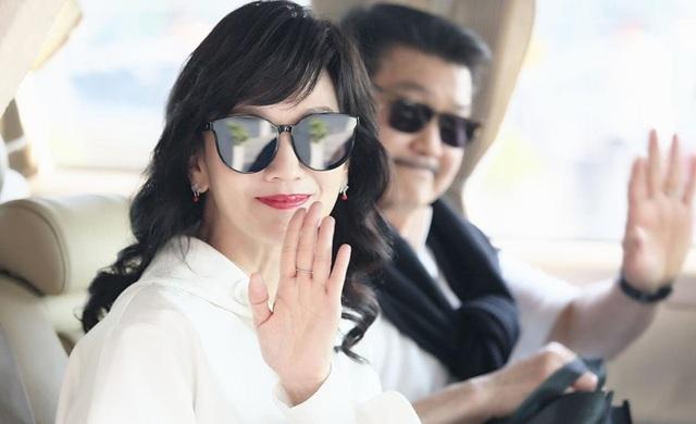 Ngày 5/4, Triệu Nhã Chi xuất hiện tại sân bay Thâm Quyến cùng ông xã để chuẩn bị trở về Hồng Kong.
