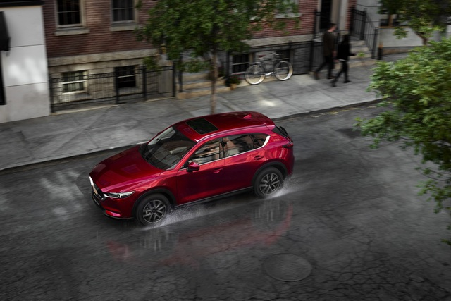 Mazda CX-5 có 3 phiên bản: 2.0L 2WD (1 cầu); 2.5L 2WD (1 cầu); và cao cấp nhất là 2.5L AWD (2 cầu).