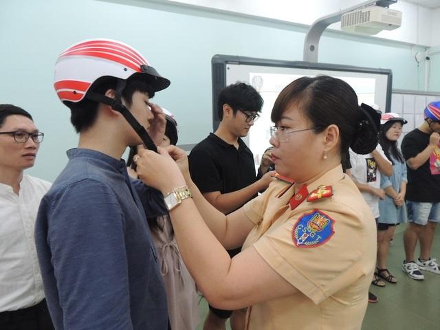 Đại diện phòng CSGT thành phố cũng trao tặng mũ bảo hiểm cho các sinh viên nước ngoài học tại trường ĐH KHXH&NV TPHCM.