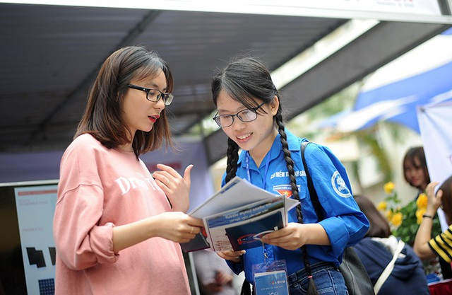 Hàng ngàn sinh viên đã tham gia tuyển dụng và tìm hiểu thông tin tại các gian hàng Ngày hội việc làm 2018.