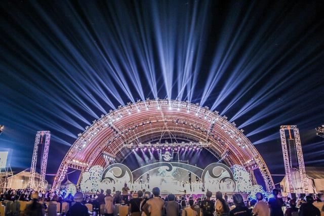 Sân khấu được đầu tư hoành tráng với hệ thống âm thanh ánh sáng chuyên nghiệp thu hút gần hàng chục ngàn khán giả đến theo dõi đêm bán kết.
