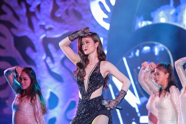 Nữ ca sĩ Đông Nhi với hai ca khúc: On top và Pink Girl cùng sự hỗ trợ ấn tượng của vũ đoàn đã mang đến một bầu không khí tưng bừng sôi động cho đêm thi, nhận được sự cổ vũ nồng nhiệt từ khán giả.